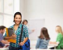 Uśmiechnięty uczeń z falcówkami, pastylka komputerem osobistym i torbą, obraz royalty free