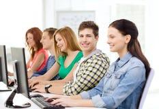 Uśmiechnięty uczeń z komputerowym studiowaniem przy szkołą Obrazy Royalty Free