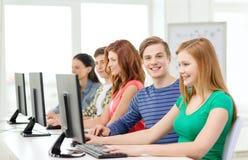 Uśmiechnięty uczeń z komputerowym studiowaniem przy szkołą Obrazy Stock