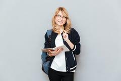Uśmiechnięty uczeń z notatnikiem fotografia stock