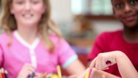 Uśmiechnięty uczni rysować zdjęcie wideo