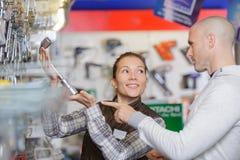 Uśmiechnięty ufny męski klient w narzędzia sklepie Obrazy Royalty Free