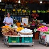 Uśmiechnięty uliczny owocowy sprzedawca, kosze z tropikalnymi owoc, uliczny handel w Azja Południowo-Wschodnia fotografia royalty free