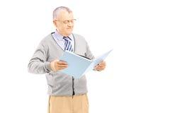 Uśmiechnięty w średnim wieku dżentelmen czyta książkę Obraz Royalty Free