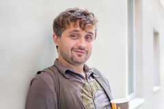 Uśmiechnięty z włosami młody człowiek Zdjęcia Stock