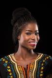 Uśmiechnięty zmrok skinned modela na czarnym tle Fotografia Stock