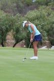 Uśmiechniętych dam pro golfista Daniella Mongomery tonie jeden dla go Zdjęcie Royalty Free