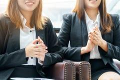 Uśmiechu bizneswoman klascze ręki podczas gdy siedzący pojęcie Obraz Royalty Free