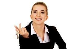 Uśmiechu bizneswomanu agent nieruchomości daje kluczom Obrazy Stock