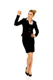 Uśmiechu bizneswomanu agent nieruchomości daje kluczom Obraz Stock