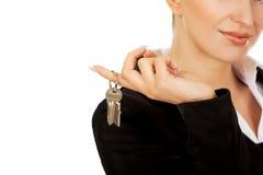 Uśmiechu bizneswomanu agent nieruchomości daje kluczom Obrazy Royalty Free