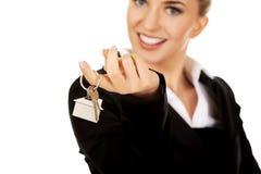 Uśmiechu bizneswomanu agent nieruchomości daje kluczom Obraz Royalty Free