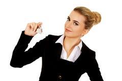 Uśmiechu bizneswomanu agent nieruchomości daje kluczom Zdjęcia Royalty Free