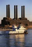 Użyteczność smokestacks barki żeglowanie Zdjęcie Royalty Free