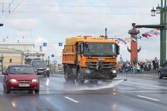 Użyteczności ` Mercedez Actros ciężarowy ` myje jezdnię pałac most Zdjęcia Stock