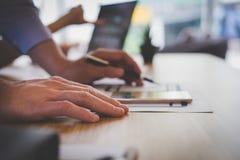 Użytkownika doświadczenie, UX projektant projektuje sieć na smartphone układzie zdjęcie stock