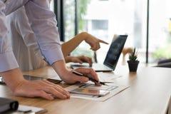 Użytkownika doświadczenie, UX projektant projektuje sieć na smartphone układzie obrazy royalty free