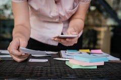 Użytkownika doświadczenie, UX projektant projektuje sieć na smartphone układzie obraz stock