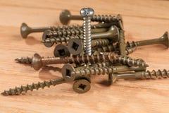 Używać śruby dla projektów budowlanych na drewnianej deski tle Obraz Royalty Free