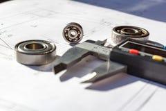 Używać balowi pelengi i elektroniczni calipers na stołowym zbliżeniu Zdjęcia Stock