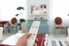 Używać białego pilot do tv Programuje zmiany lub guzika odciskanie na TV klawiaturze salon bright Ranku europejczyka dom Zdjęcie Stock
