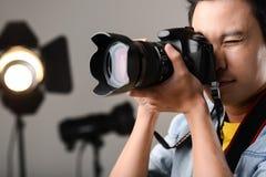 Używać fachową kamerę zdjęcia royalty free