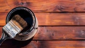 Używać farby muśnięcie obok farby puszki, widok od above Zdjęcia Royalty Free