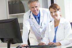 Używać Komputer męscy Żeńscy Lekarz Szpitalny Obrazy Royalty Free