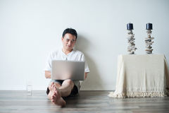 Używać Laptop azjatycki Mężczyzna Zdjęcia Stock