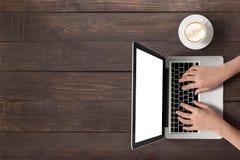 Używać laptop i filiżankę kawy na drewnianym tle Obraz Royalty Free