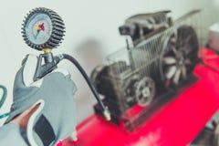 Używać Lotniczego kompresoru narzędzie Fotografia Stock