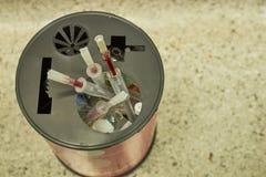Używać nakrętka i, łamający szkło używać lek w zbiorniku biohazard usuwanie fotografia royalty free