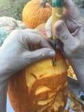 Używać ostrego narzędzie na Halloweenowym dyniowym cyzelowaniu Zdjęcia Stock