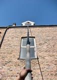używać płuczkowego okno szczotkarski cleaner Zdjęcie Stock
