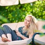 Używać pastylkę pozytywna piękna młoda kobieta Zdjęcie Royalty Free