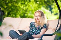 Używać pastylkę pozytywna piękna młoda kobieta Obraz Royalty Free