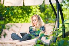 Używać pastylkę pozytywna piękna młoda kobieta Obrazy Stock