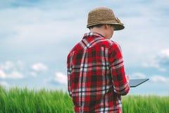 Używać pastylkę w produkci rolnej Zdjęcie Royalty Free