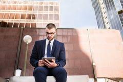 Używać Pastylka Komputer młody Biznesmen Obrazy Stock
