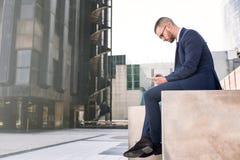 Używać Pastylka Komputer młody Biznesmen Zdjęcia Stock
