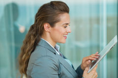 Używać pastylka PECETA szczęśliwa biznesowa kobieta Zdjęcia Royalty Free