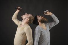 Używać pić alkohol Ciężcy pijący Mężczyźni pije alkohol od butelki i kolby Alkoholów nałogowowie alkoholiczki uzależniony obraz royalty free