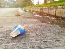 Używać plastikowy szkło opuszczał jako śmieci na ulicie obrazy royalty free
