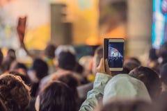 Używać posuwał się naprzód mobilnego nagranie, zabawa koncerty i pięknego oświetlenie, Szczery wizerunek tłum przy rockowym konce zdjęcia royalty free