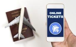 Używać smartphone dla E bileta i online bileta dla Płaskiej podróży Fotografia Stock