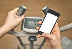 Używać smartphone na sprawności fizycznej szkoleniu Obraz Stock