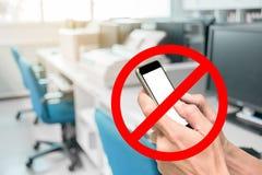 Używać smartphone no jest pozwolić w pracować biuro fotografia royalty free