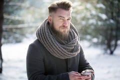 Używać smartphone podczas zimy Obraz Royalty Free