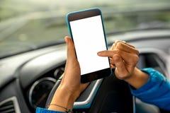 Używać smartphone w samochodzie Obraz Stock