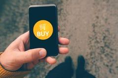 Używać smartphone wiszącą ozdobę app robić zakupy online Fotografia Royalty Free